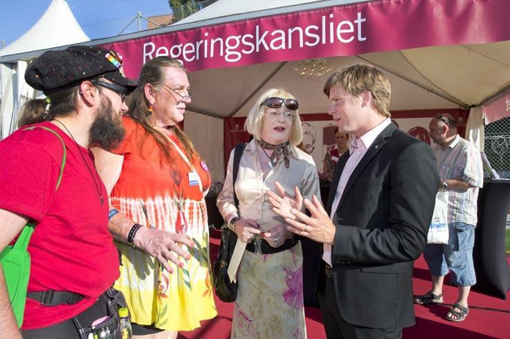 Alfie och Linda E från FPES diskuterar med integrationsminister Erik Ullenhag