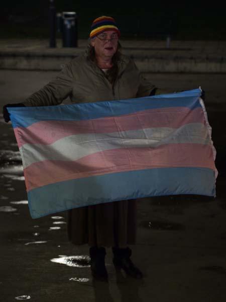 FPES höll upp transflaggan medan lyktorna delades ut och tändes.